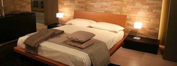 lampade sui comodini della camera da letto