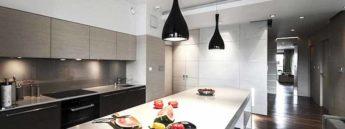 lampade moderne a sospensione su penisola cucina