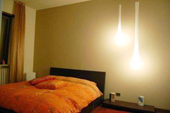 ambientazione lampade a sospensione Lacrima di Vistosi in camera da letto