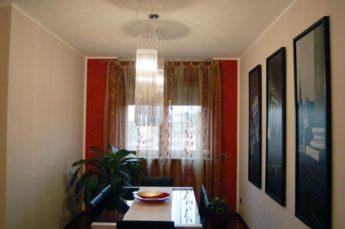 ambientazioni illuminazione zona tavolo con lampade a sospensione in cristallo
