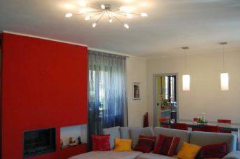 ambientazioni illuminazione soggiorno moderno con plafoniera e sospensioni sul tavolo