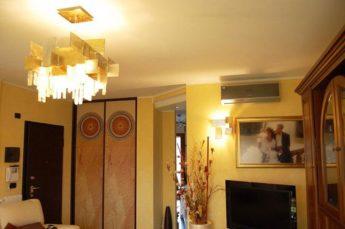 illuminazione soggiorno vintage con lampadario e applique MM